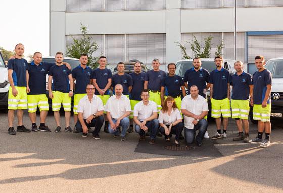 Gruppenfoto vom gesamten Team der Otto Rohrunterhalt GmbH